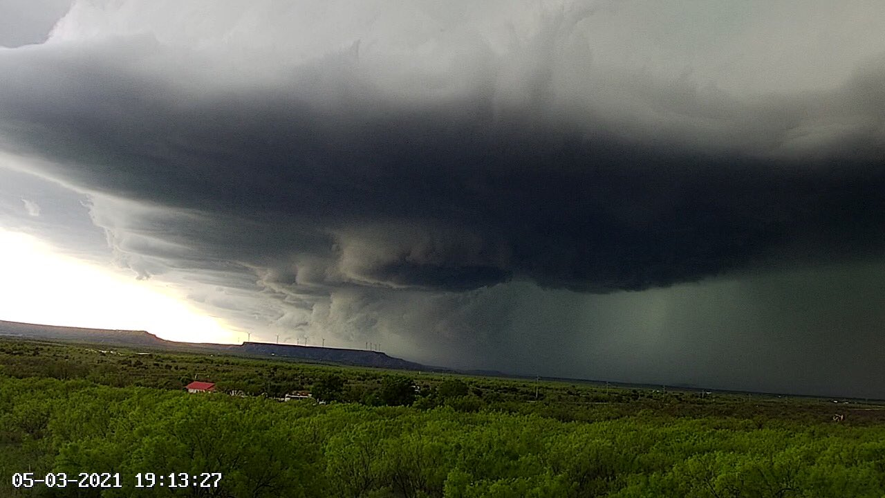 Severe thunderstorm approaching Lake Alan Henry Monday evening (3 May). The picture was captured around 7:13 pm by Lake Alan Henry Weather (@lahwx on Twitter).
